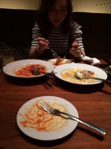 出会い系で会った女と食事中