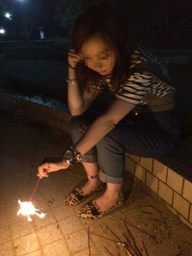 女の子と公園で花火してる画像