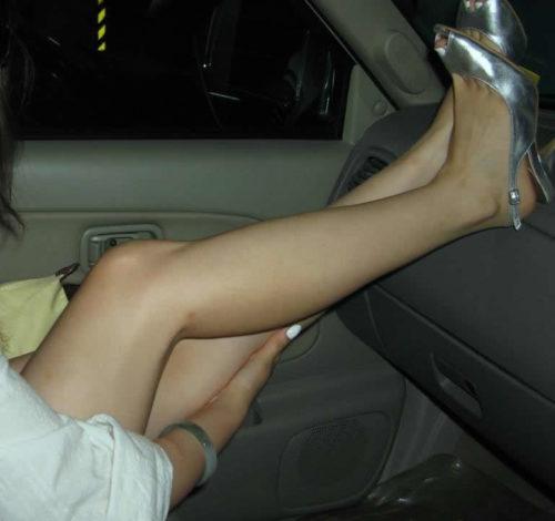 車内で美脚を眺める