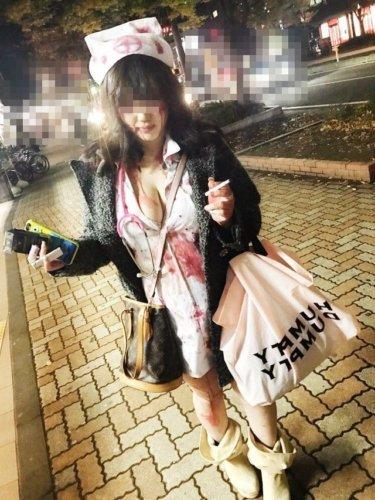 ハロウィンで仮装した女性