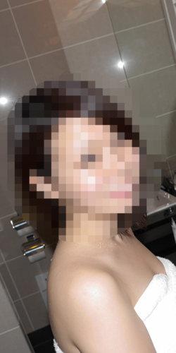 セフレになる美人OLとシャワーに浴びる画像