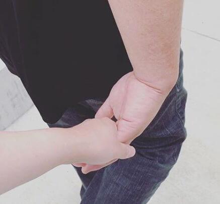 人妻と手を繋いでる写真